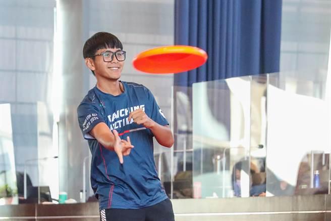 代表出席的飛盤選手於台中市議會議事堂大展身手。(陳世宗攝)