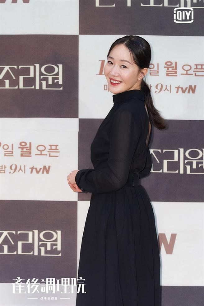 嚴志媛在《產後調理院》主演高齡產婦。(圖/愛奇藝海外站提供)
