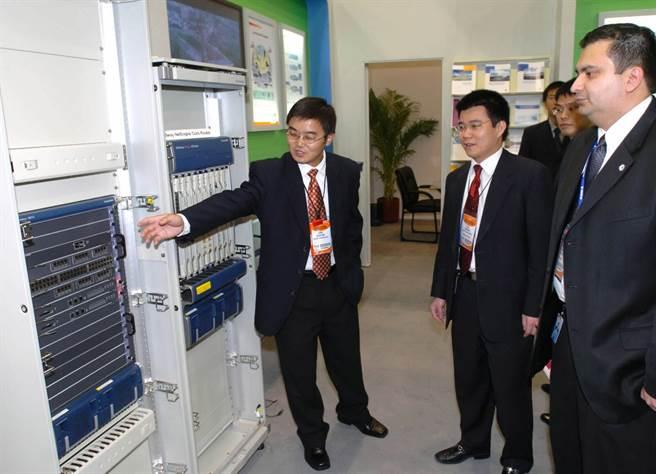 在墨西哥2005國際通信展上,華為公司的員工向參觀者介紹公司最新產品。(新華社)
