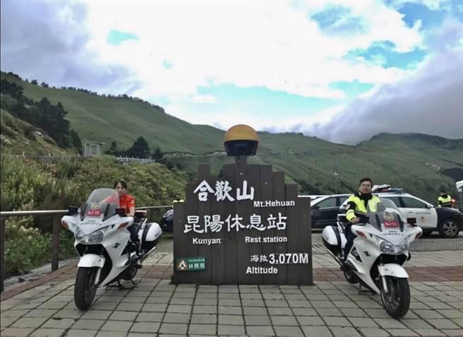 中秋連假期間,警方在合歡山執行交通疏導勤務。(仁愛警分局提供/廖志晃南投傳真)