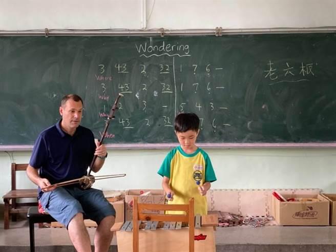 台中市西屯國小外師莫傑明,運用二胡節奏技巧,教導學生唱英語歌謠,提升小朋友音韻覺識能力,成為英文課奇觀。(盧金足攝)
