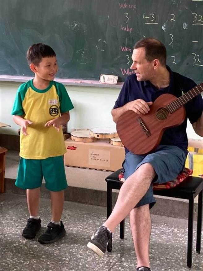 外師上起英語課場場都像即興LIVE秀,孩子們興奮地體驗樂器,並和外師一起組小樂團。(盧金足攝)