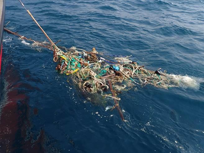 國立海洋科技博物館結合基隆在地師生團隊,針對海廢與微塑膠問題進行科學探究,在海上發現巨大飄浮廢棄漁網。(國立海洋科技博物館提供/陳彩玲基隆傳真)