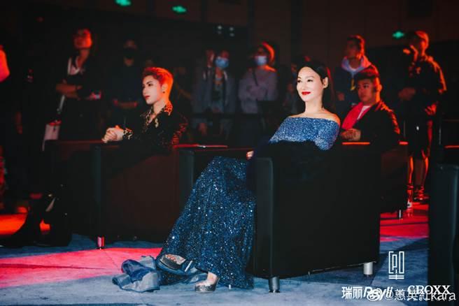 惠英紅穿上一襲惹火一字肩禮服出席瑞麗年度盛典,大秀驚為天人的好身材。(圖/摘自微博@惠英紅kara)