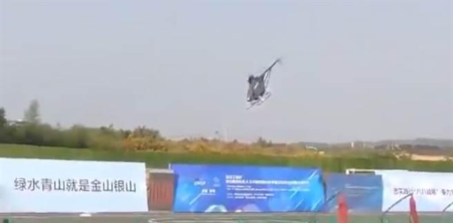大陸無人直升機墜毀的前一瞬間。(圖/youtube)