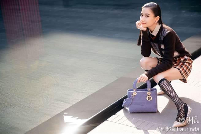 「最美千金」何超蓮短裙配網襪上街 校服穿搭辣秀絕對領域(圖/摘自微博@何超蓮Laurinda )