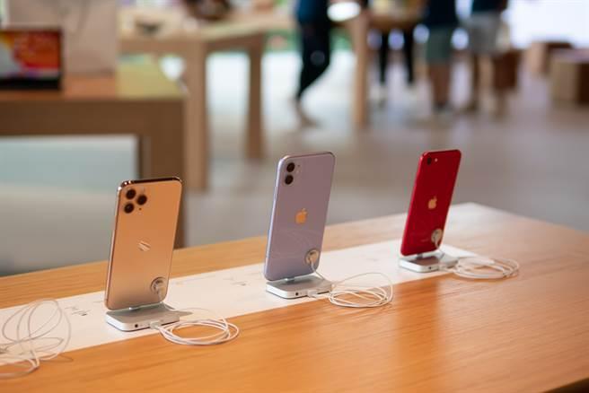 有知情的網友透露,iPhone 12於特定分店買優惠多更多。(圖/達志影像)