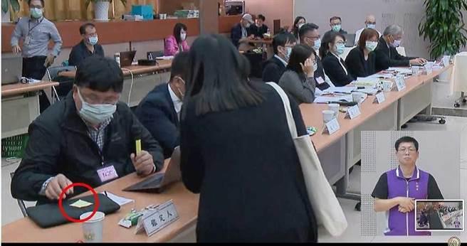 NCC工作人員被抓包遞紙條給鑑定人陳順孝,隨後陳順孝便停止發言。(圖/擷取自NCC直播畫面)