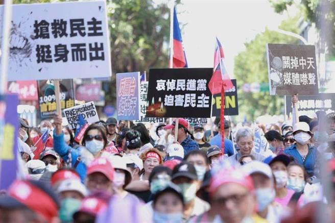 群眾疾呼「關掉中天,媒體噤聲」,呼籲NCC不能關了中天。(圖/林士傑攝)