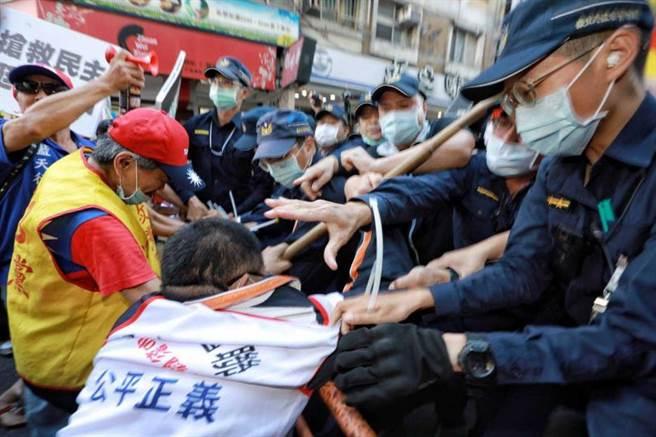 在聽證會場外,群眾集結聲援中天,一度與警方爆發激烈衝突。(圖/林士傑攝)