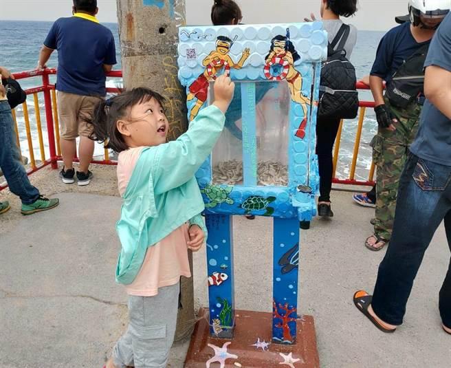 繼海灘貨幣後,小琉球近日出現「菸蒂投票箱」引發關注,逗趣的題目設定不僅吸引民眾為投票而撿菸蒂,還成為趣味性十足的社會實驗。(謝佳潾攝)