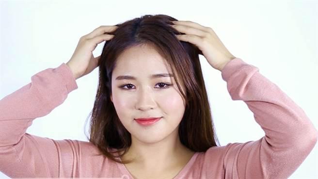 秋冬養髮,除了選出最適合自己的產品,搭配「鑽石頭皮按摩法」從頭皮養護開始調理脆弱髮根,避免秋冬掉髮危機找上你!(圖/品牌提供)