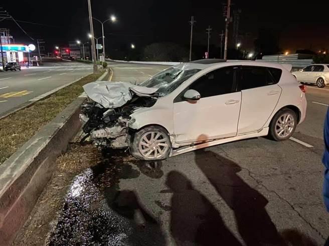 小客車車頭嚴重毀損並漏油。(摘自臉書〈我愛大甲2〉/陳淑娥台中傳真)