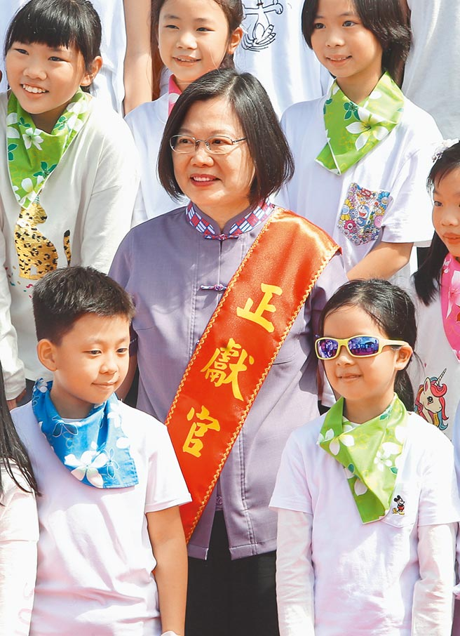 蔡英文總統25日出席台北客家義民嘉年華主祭大典,與獻唱的民生國小小朋友合照。(鄭任南攝)
