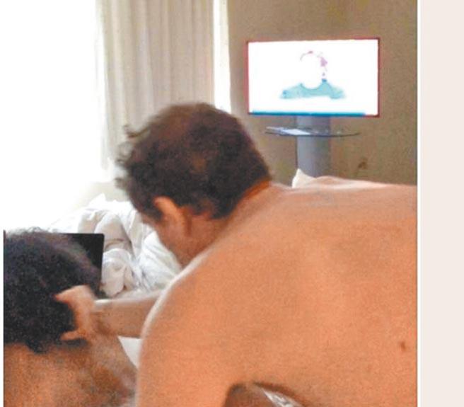 富豪郭文貴的影音網站GTV發布號稱是拜登之子韓特與數名女子床戰影片,包括圖中與一名黑人女子肉搏的畫面。(摘自推特)