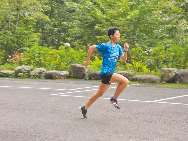 來自苗栗的桃園高中田徑選手風如芯,首年拿下全中運400公尺接力銀牌,才選擇入籍桃園拚獎金。(蔡依珍攝)