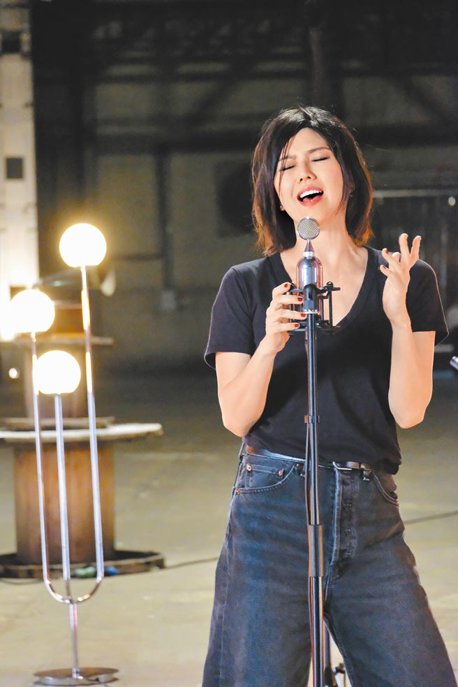 孫燕姿前晚舉辦線上音樂會,演出現場特別選擇在50年前,她父親當學徒的地方。(環球音樂提供)