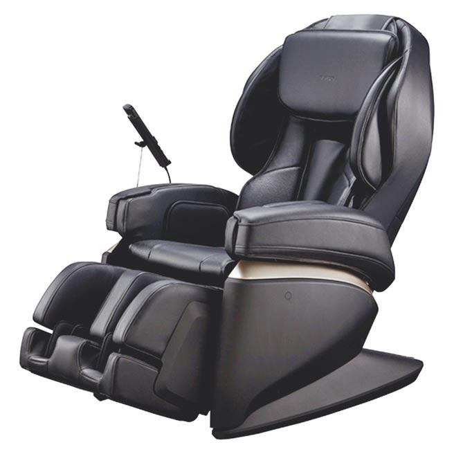 統一時代百貨台北店的JOHNSON FUJIIRYOKI日本製5D-Ai按摩椅富士醫療器JP-2000,原價25萬8000元,特價22萬2000元。(統一時代百貨台北店提供)
