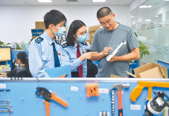 福州經濟技術開發區,稅務人員在一家通信科技企業的研發平台調研研發費用。(新華社資料照片)