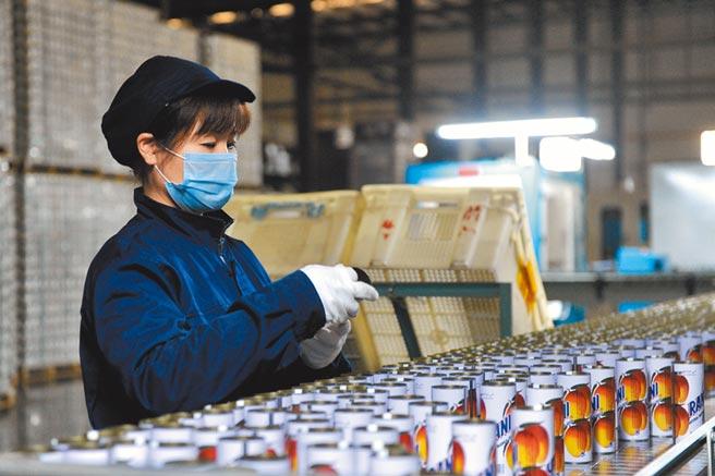 大陸一台資企業,工人在金屬包裝容器生產線上作業。(中新社資料照片)