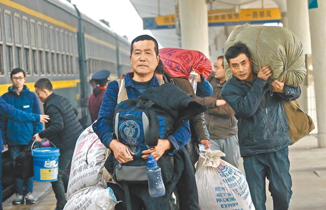 大陸農民工返鄉回家。(新華社資料照片)