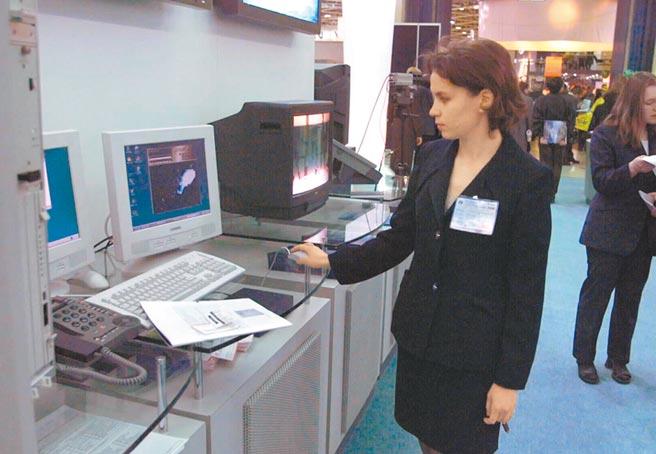 2000年,莫斯科舉行國際通信設備展,工作人員演示參展的深圳華為技術有限公司的視像點播設備。(新華社)