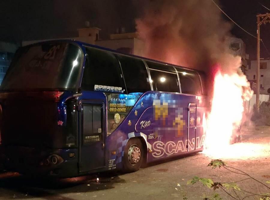 陳姓老翁疑因不滿大兒子工作忙碌無法幫忙照顧母親,縱火焚燒大兒子停放在台南市北區路邊的大型遊覽車。(讀者提供/洪榮志台南傳真)