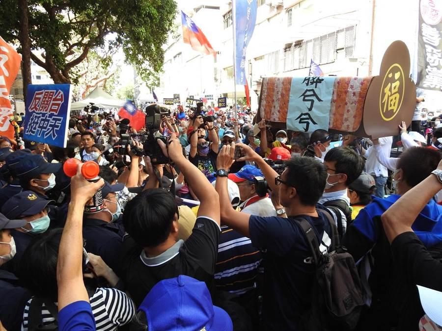 中天新聞台換證聽證會,民眾表演行動劇與警方發生一波推擠。(陳鴻偉攝)