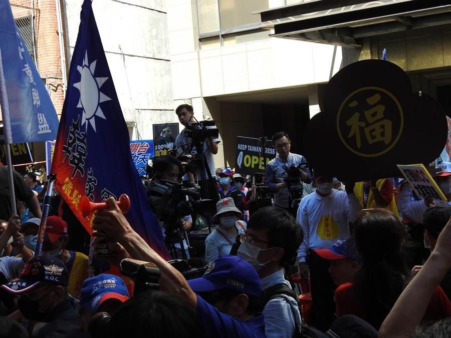 到場聲援中天新聞台的支持群眾到中午11點人數已經破千,同時不斷的增加當中。(陳鴻偉攝)