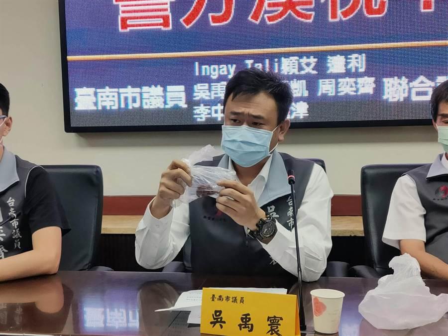 台南市議員吳禹寰當場出示涉嫌毒殺浪貓的毒雞肉佐證。(洪榮志攝)
