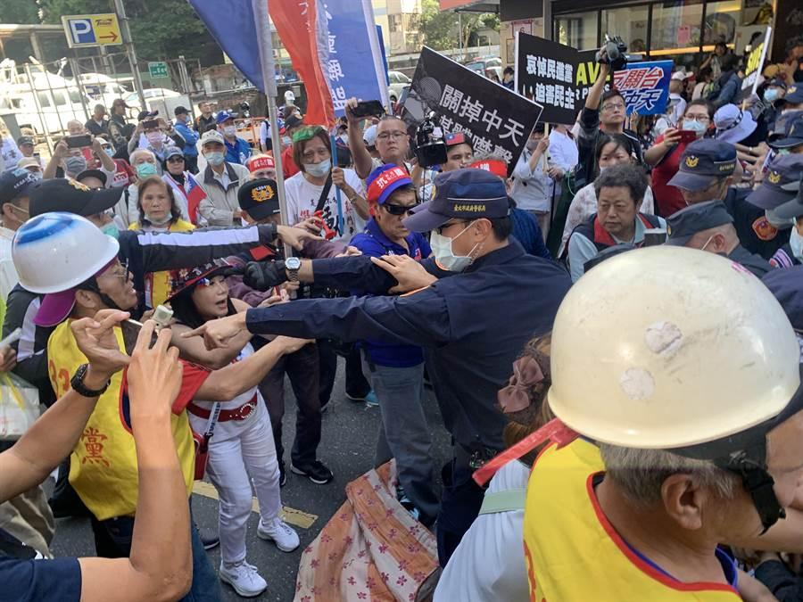抗議者欲抬棺至行政院,與警方發生衝突。(李文正攝)
