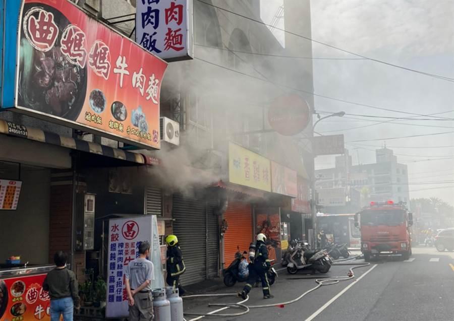 中市大里區成功路一家麵店,26日上午9點多發生火災,陣陣濃煙從店內竄出,中市消防局出動近40名消防隊員滅火,火勢在20分鐘撲滅。(中市消防局提供/黃國峰台中傳真)