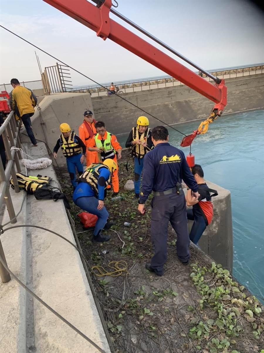 男子落水後雙手攀住水門,幸遭消防人員救起。(民眾提供/陳淑娥台中傳真)