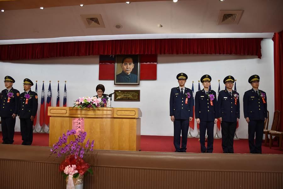 苗栗縣警局26日下午舉行新舊任分局長交接布達典禮,由副縣長鄧桂菊主持。(謝明俊攝)
