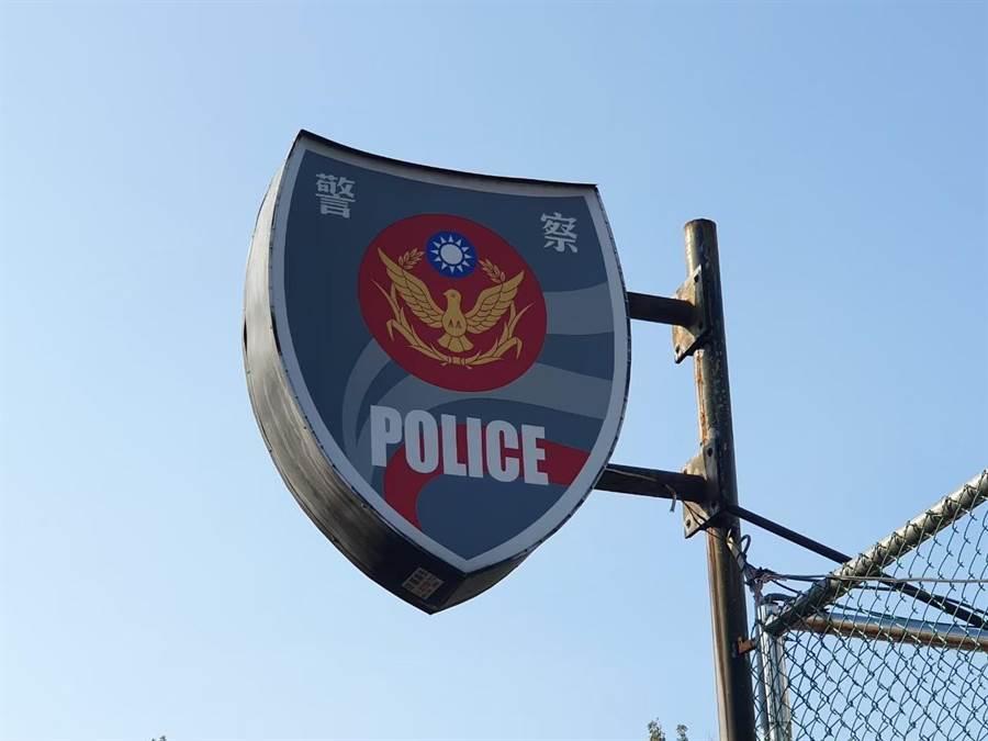 永和警分局於今(26日)將通知書送達詹江村服務處,要求他擇日到警分局說明。(葉書宏攝)