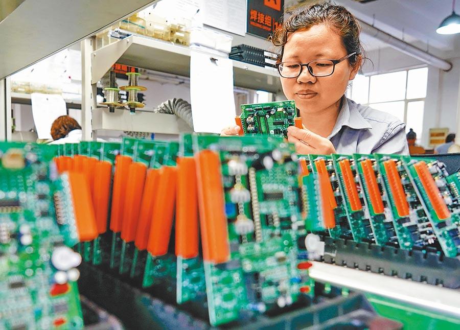 河北秦皇島經濟技術開發區,工人在電子配件生產線工作。(新華社資料照片)