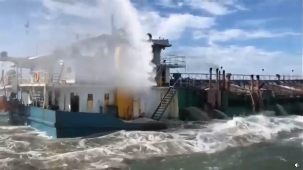 海巡隊以水砲驅離大陸抽砂船。(圖/摘自海洋委員會臉書)