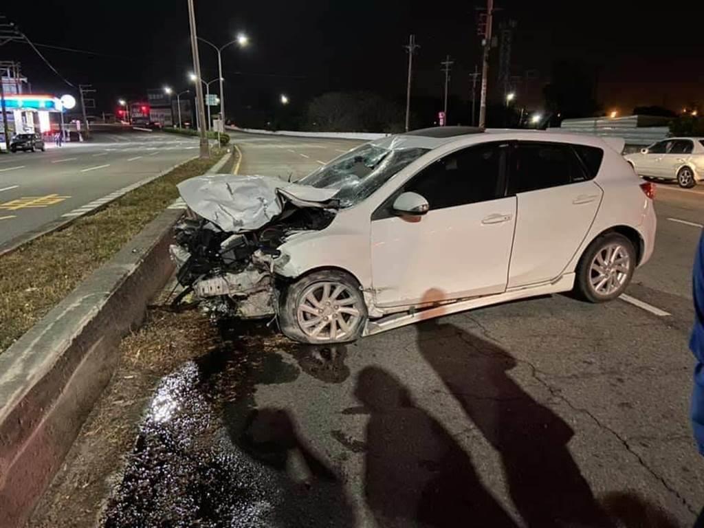 白色小客車車頭全毀,還不斷漏出汽油。(摘自臉書〈我愛大甲2〉/陳淑娥台中傳真)