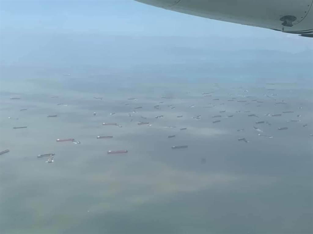 海面上可見多艘大陸抽砂船,密密麻麻。(圖/摘自爆料公社)
