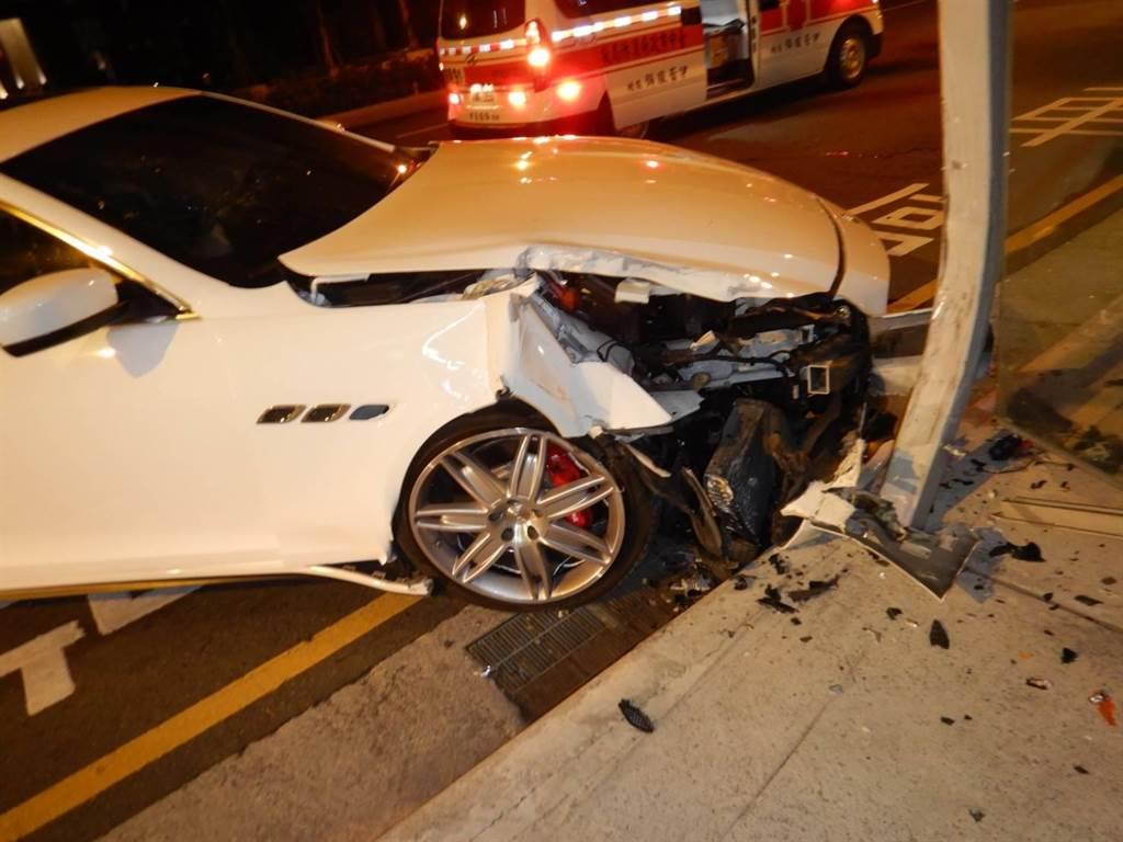 一輛價值不菲的白色進口車瑪莎拉蒂,竟自撞公車候車亭,造成車頭半毀,後輪損壞。(民眾提供/盧金足台中傳真)