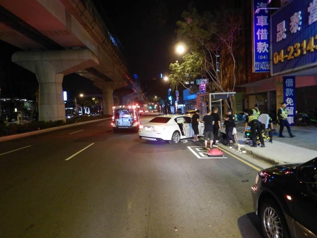 台中市西屯區清晨近4點30分,一輛新車市價逾700多萬元,被稱為「海神」白色瑪莎拉蒂跑車,自撞路邊的公車亭。(民眾提供/盧金足台中傳真)