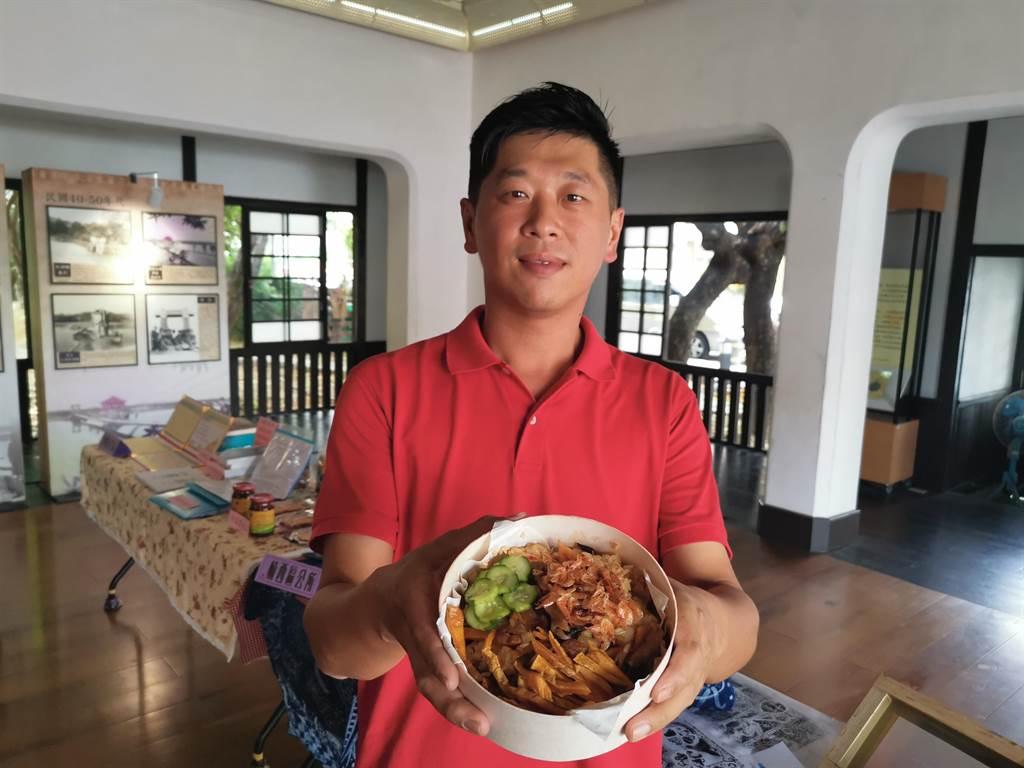 玉井社區發展協會為推廣在地農產,社區的夥伴集思廣益,研發出芒果油飯。(劉秀芬攝)