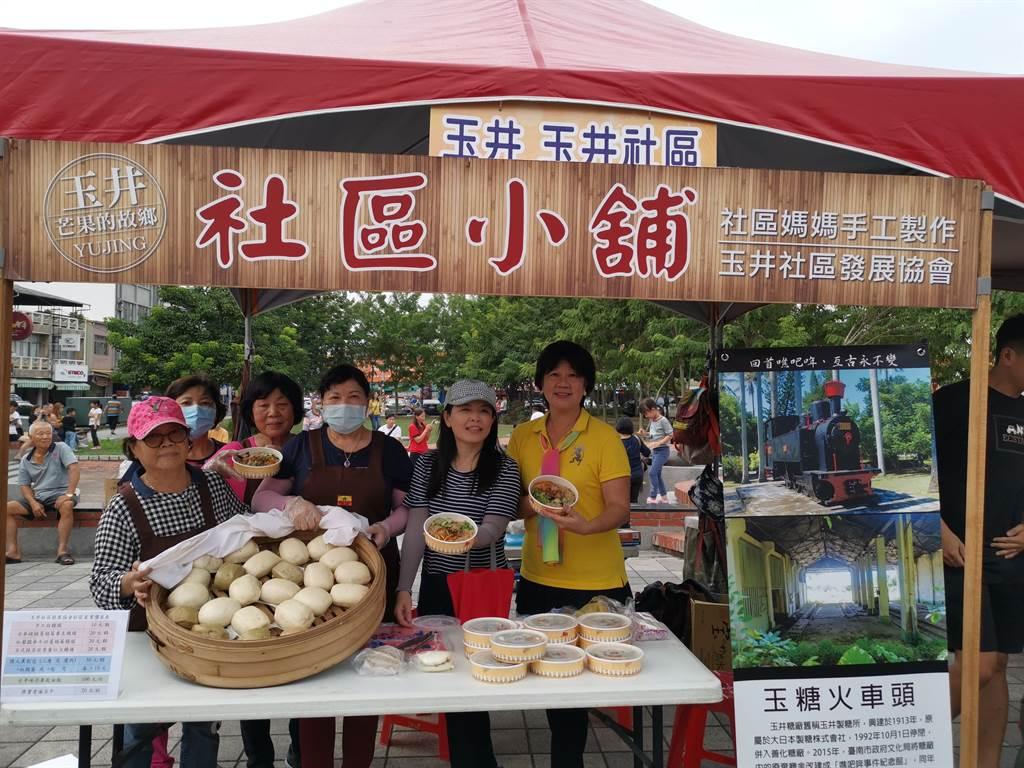 玉井社區小舖到市集擺攤販售自製的手工饅頭、芒果油飯,盈餘助社區發展。(劉秀芬攝)