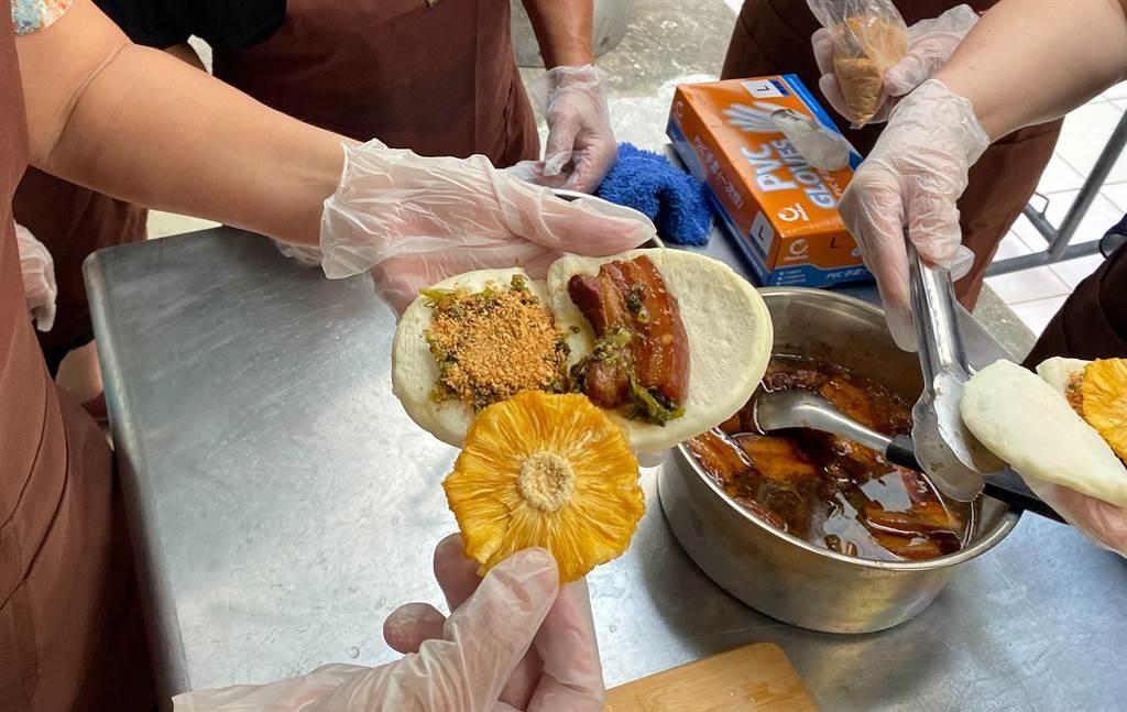 社區媽媽集思廣益把鳳梨花果乾加入傳統風味的割包裡增加口感和風味。(玉井社區發展協會提供/劉秀芬台南傳真)