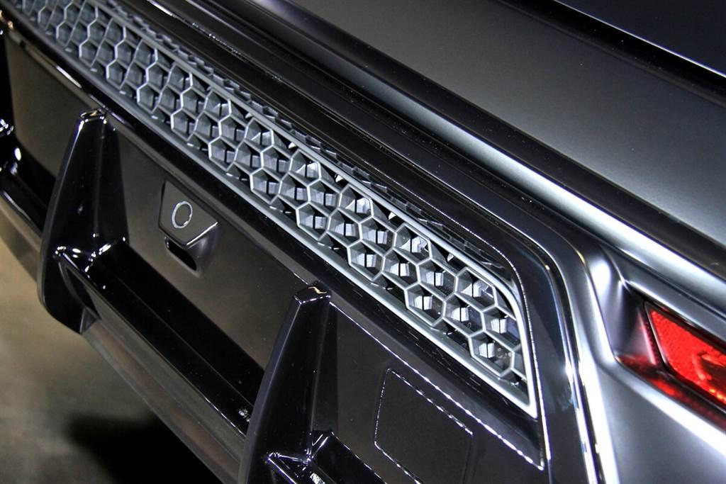 車尾保桿與擴散器的細節處更為精彩,同時將四種黑色一次呈現:消光黑、黑色陽極處理、亮澤黑,以及排氣尾管的鍍鉻黑。