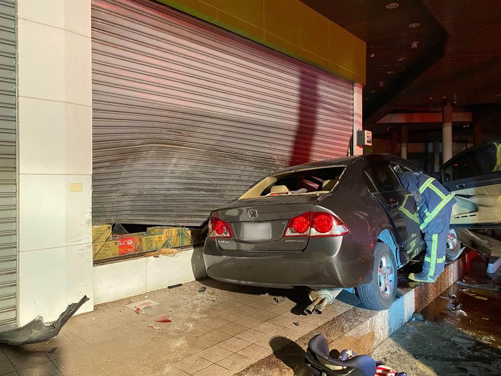 今年8月19日晚間,彰化縣溪湖鎮福德路上,發生一起自小客車自撞超市事故,除了林姓駕駛,車上2名幼子受到輕重傷,坐在副駕的太太則當場死亡。(資料照)