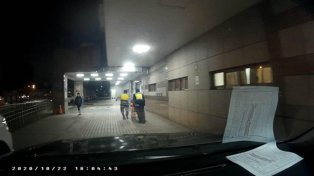勤工派出所警員看到洪男表情痛苦蹲坐在路旁立即上前關心,並借來輪椅,火速將他推往急診室救治。(台中市第三分局提供/馮惠宜台中傳真)