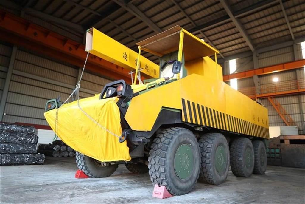雲豹甲車大變身,偽裝黃色工程車。青年日報提供