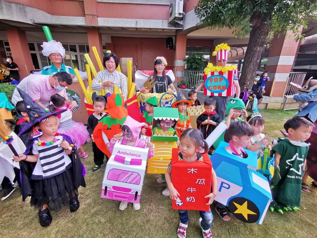埔鹽鄉長許文萍,及代表村長們,都換上精心打扮的裝扮,讓現場小朋友又驚又喜。(吳建輝攝)