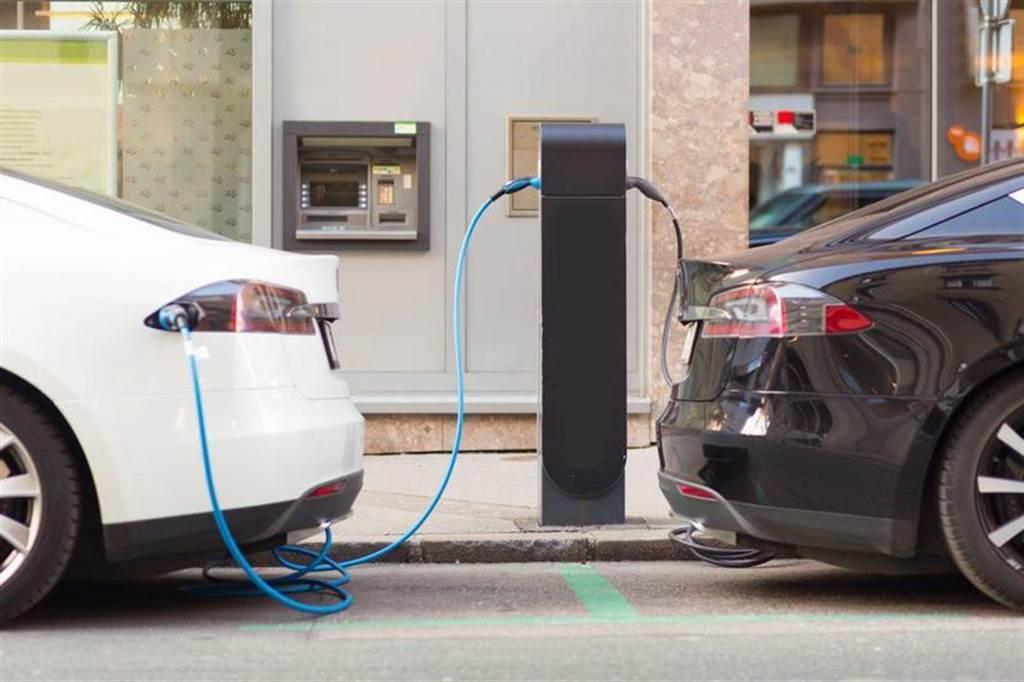 分析指電動車價格在 2024 年將與燃油車齊平,目前最棒的電池仍在特斯拉手上